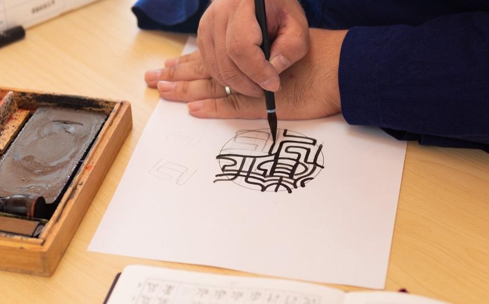 井ノ口店長手書き文字の字入れ風景