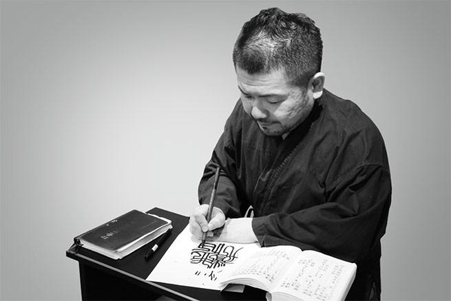 仕上げ彫刻を行うのは京都の熟練職人たち