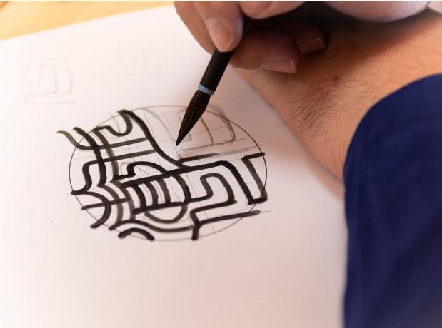 手書き文字の字入れ風景